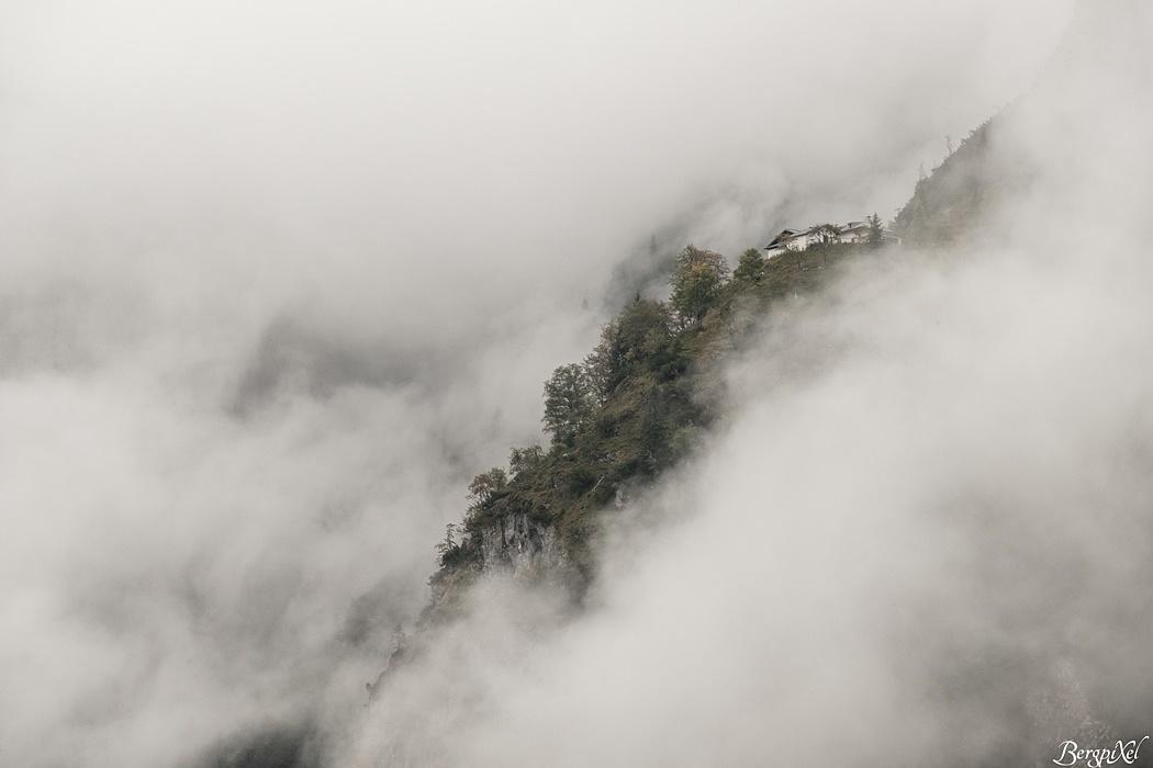 Über uns erscheinen die Knappenhäuser im Nebel.