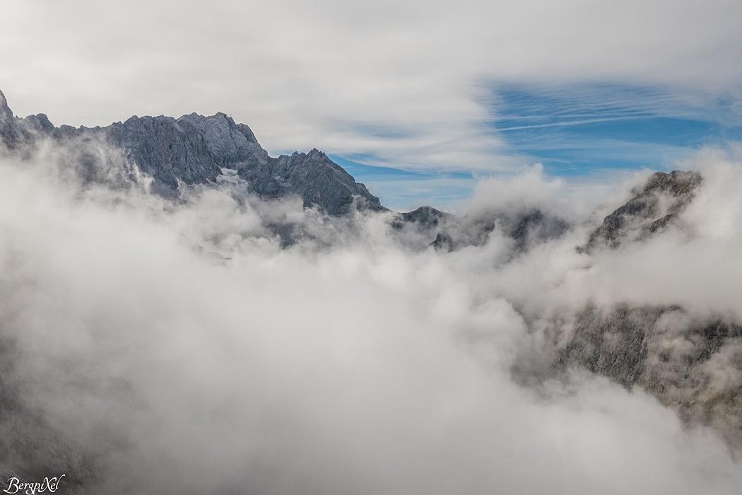 Der Blick über das Höllental zur Zugspitze