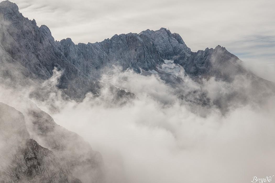 Mystisch ragt die Zugspitze aus dem Nebelmeer empor