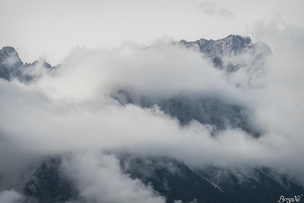 Der Herbst ist da. Bereits bei der Anreise zeigt sich das Wettersteinmassiv in Wolken und Nebel gehüllt.
