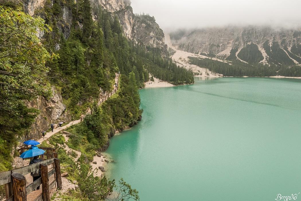 Der Weg führt hoch über den See und schenkt dem Wanderer tolle Blicke.